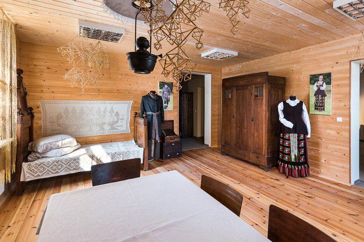 Ekspozicijos centre – suvalkietiška seklyčia (stubelė) su autentišku ir jam priartintu interjeru: medine apdaila, puošyba, baldais. Ekspoziciją pagyvina dvi poros manekenų, aprengtų Dzūkijos ir Sūduvos tautiniais kostiumais bei autentiškais etnografiniais rūbais.