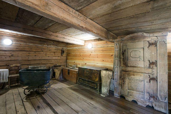 Pamatysite 1799 m. virtuvės spintą, kubilą žąsiukams perėti, pagamintą 1840 m., skalbimo mašiną, pagamintą 1910 m.