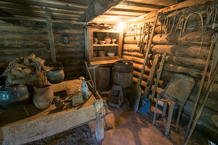 Klėtyje daug buities rakandų, namų apyvokos daiktų, amatams naudojamų įvairių įrankių.