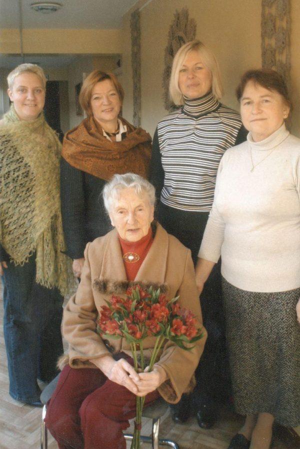 Danutė Dvilinskaitė-Laukinė su Prienų krašto muziejaus kolektyvu, 2009 m.